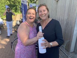 Nicole neemt champagne in ontvangst.